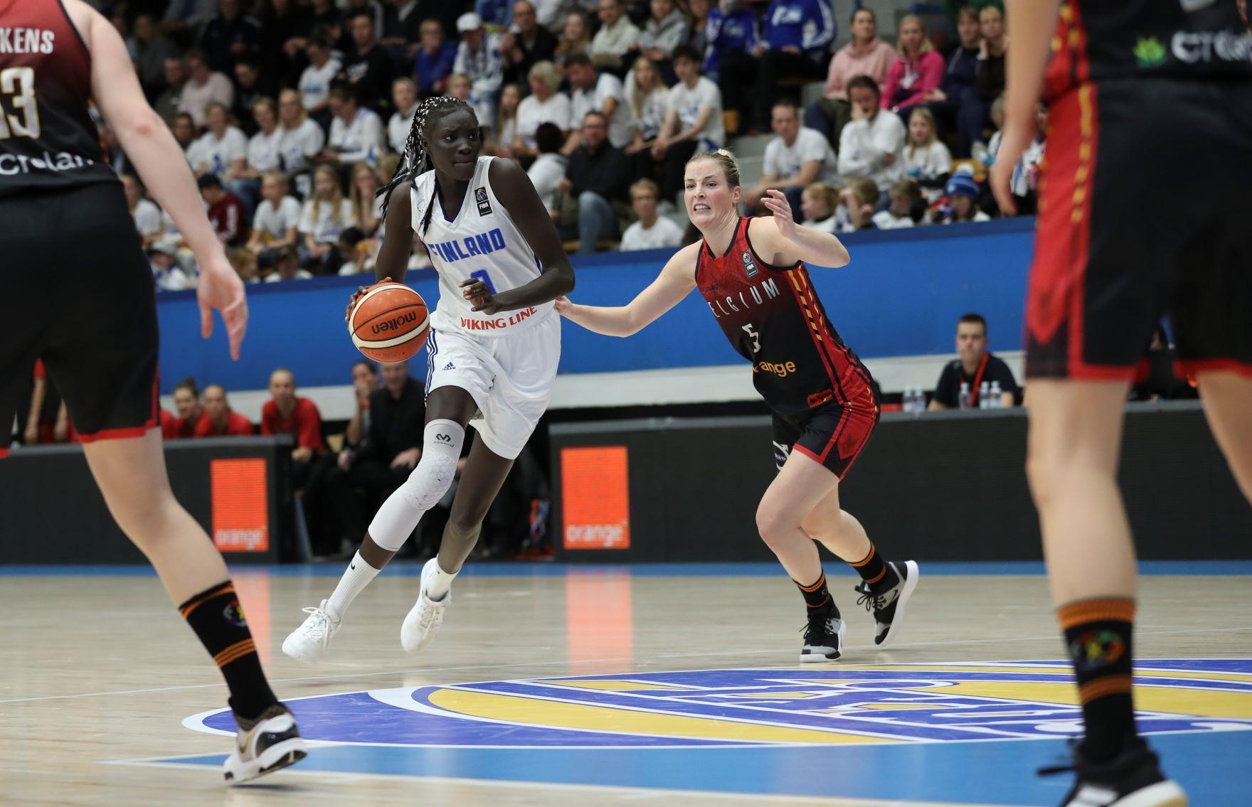 Naiset pelaavat koripalloa