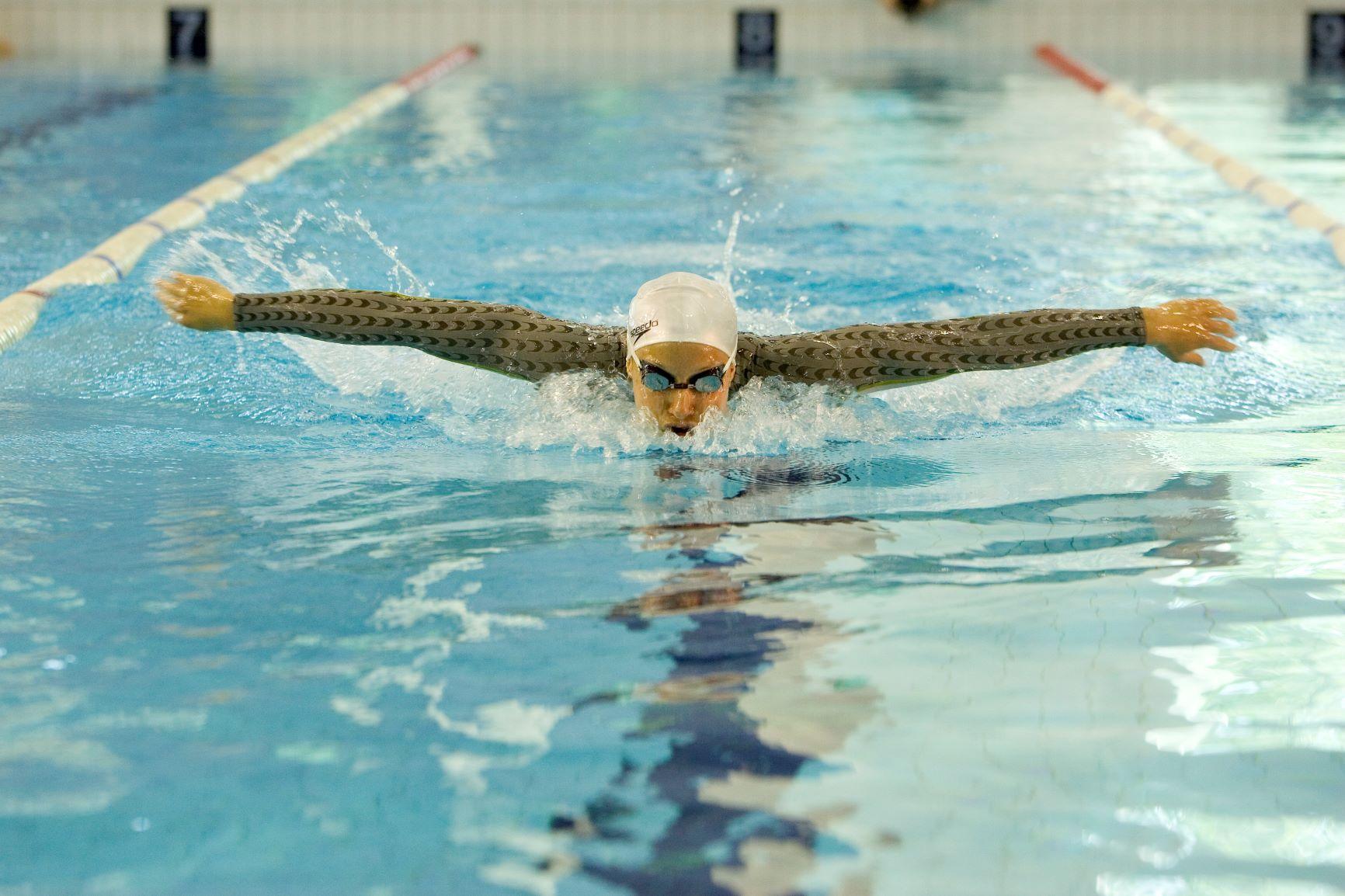 Uimari vedessä kädet levällään