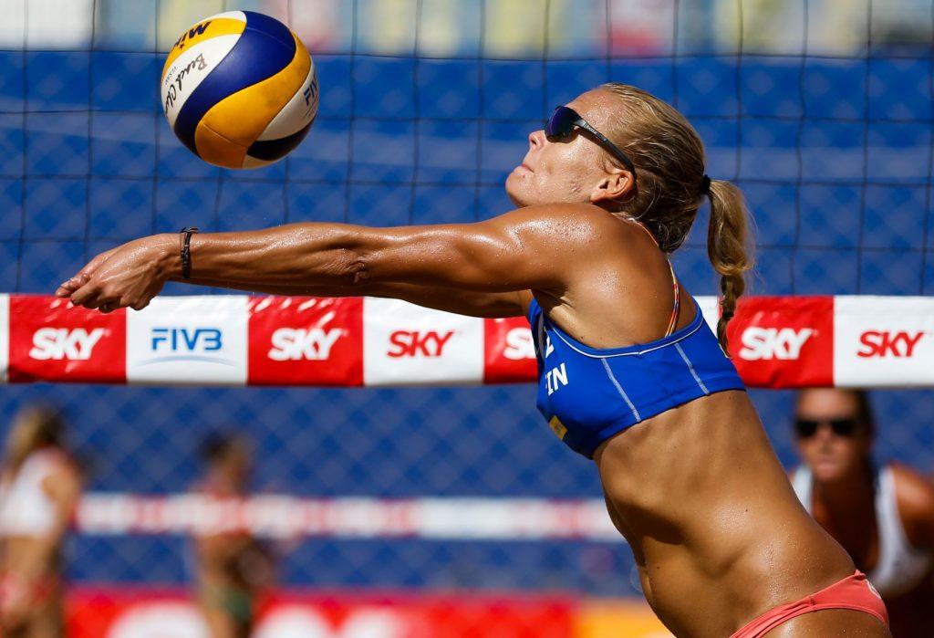 Beach volley -pelaaja lyö hihalyöntiä verkolla