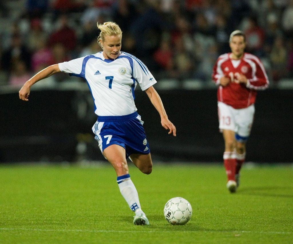 Jalkapalloilija potkaisemassa palloa