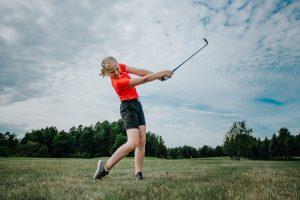 Tyttö pelaa golfia