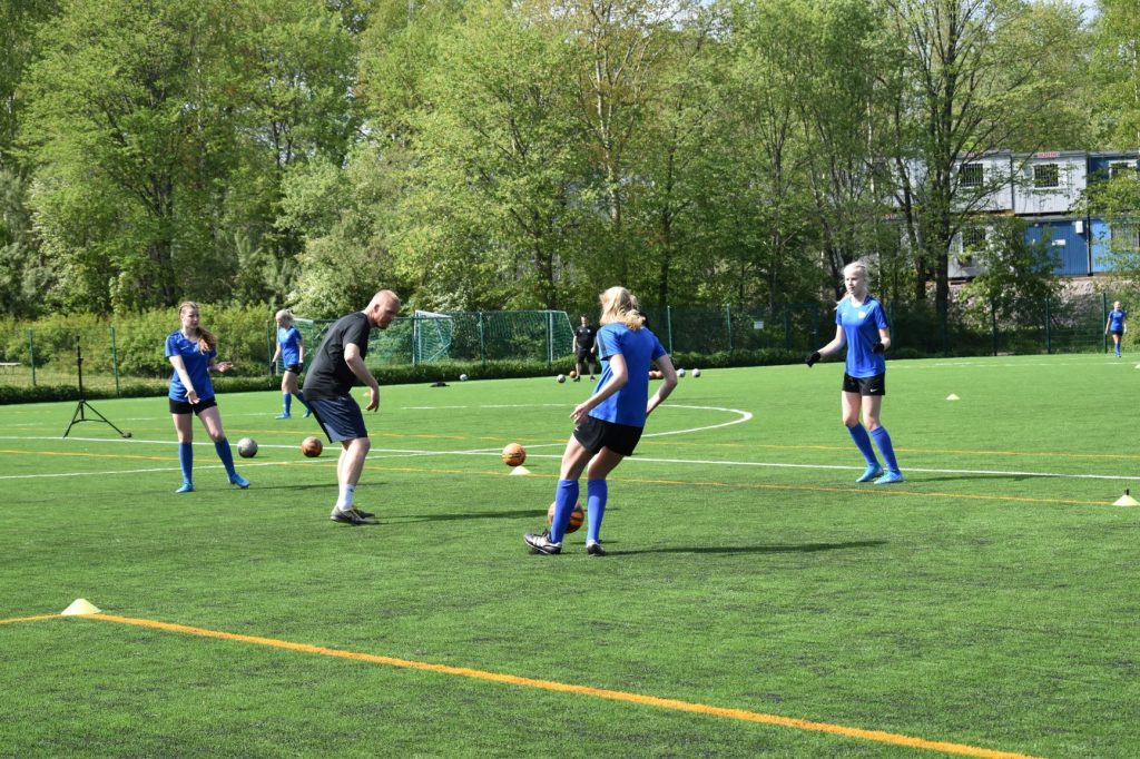Jalkapalloilijat harjoittelevat