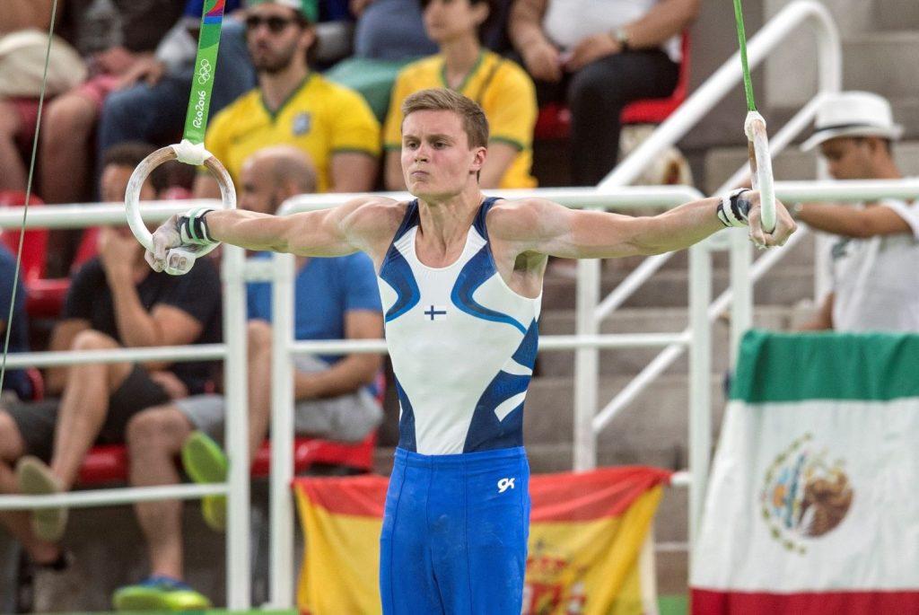 Miesvoimistelija Oskar Kirmes ristiriipunnassa renkailla maajoukkueen voimisteluasu päällä Rio de Janeiron Olympialaisissa 2016.