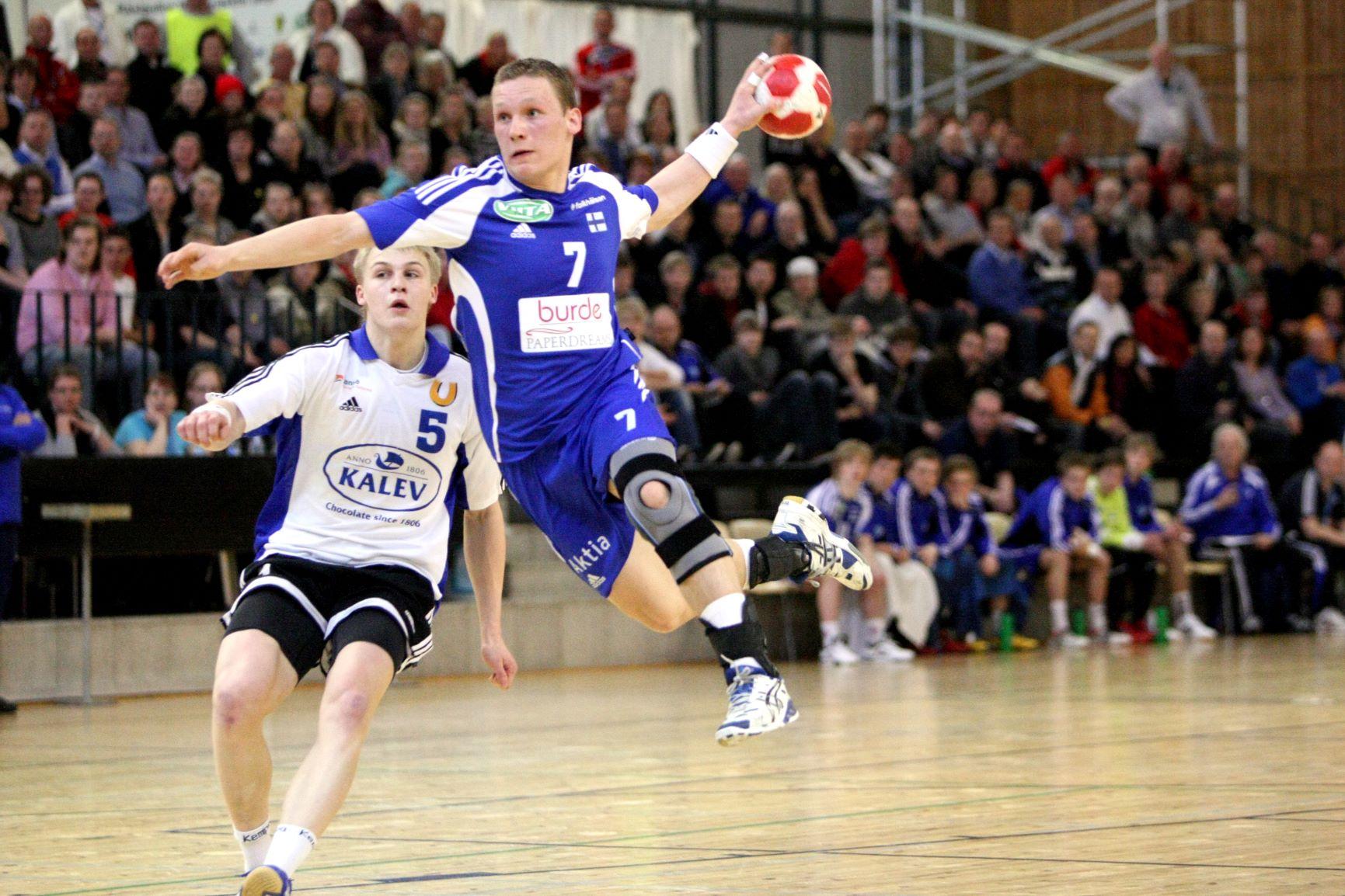 Käsipalloilija ilmassa heittämässä palloa