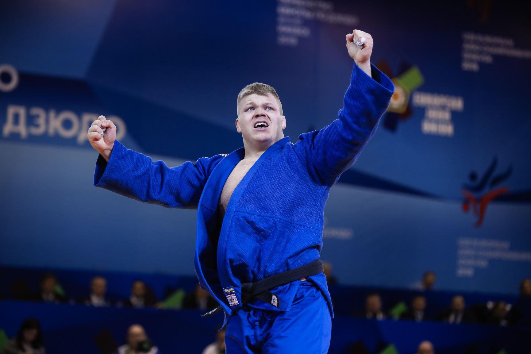 Judoka tuulettaa sinisessä judoasussa