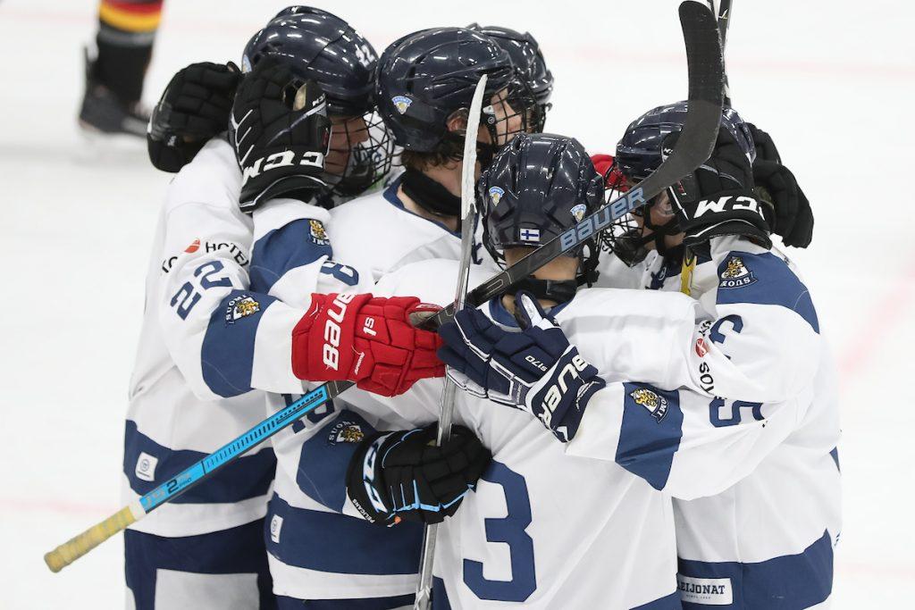 Jääkiekkoilijat tuulettavat yhtenä ryhmänä