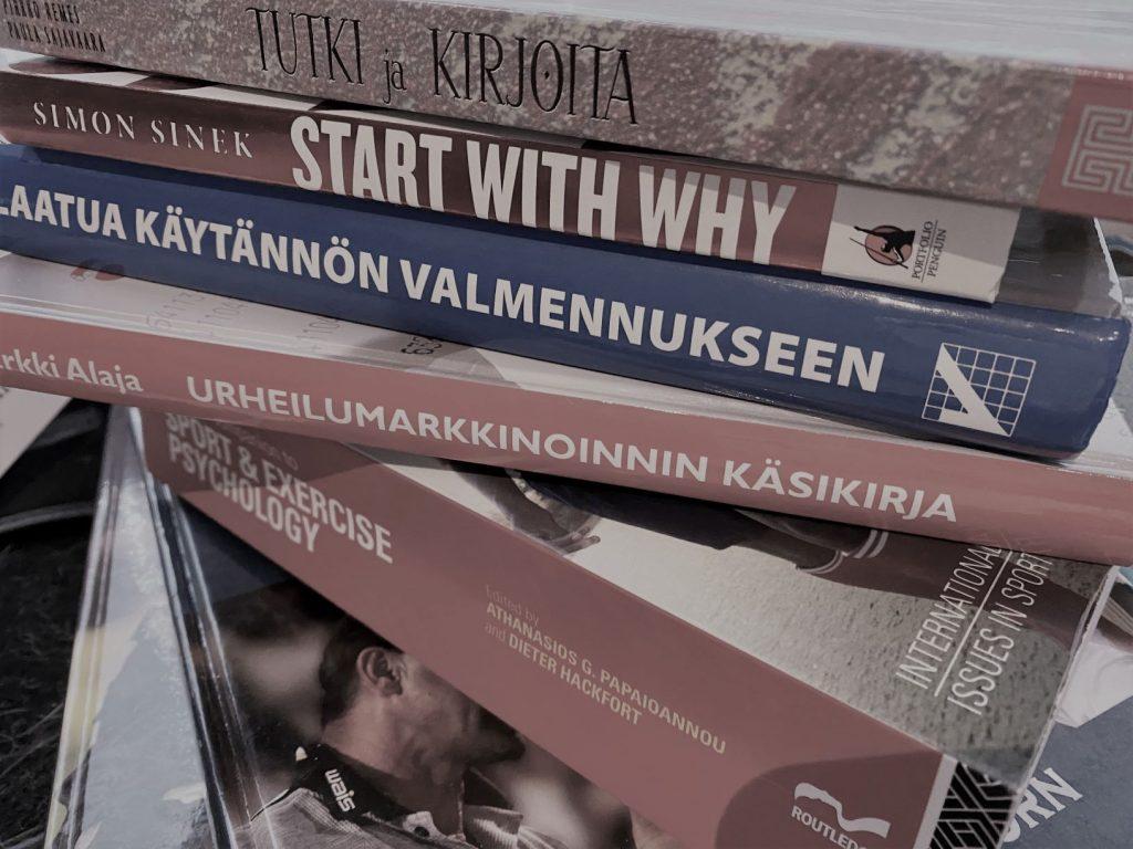 Eri alojen kirjoja päällekäin pinossa
