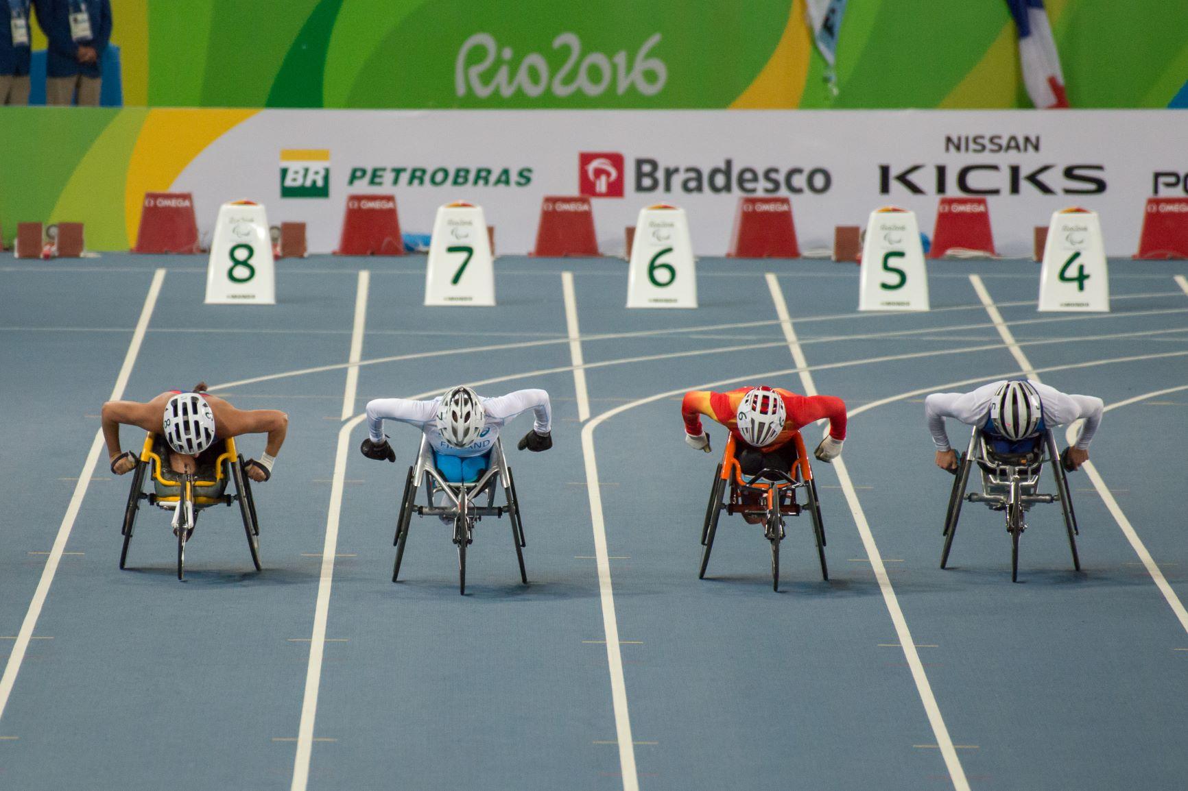 Neljä ratakelaajaa kilpailee juoksuradalla