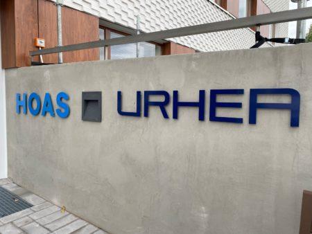 HOAS ja URHEA -logot betoniseinässä